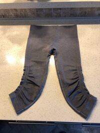 Like New-Lululemon Flow Crops Size-4-6 Port Coquitlam