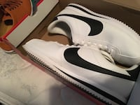 White-and-black nike low-top sneakers