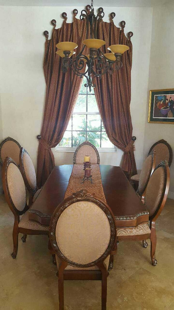 Beautiful wood dining room table with 8 chairs 089e627b-e11f-4b9f-be05-6673b2a3a0a4