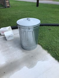 31 gal trash can with lid Virginia Beach, 23454