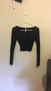 Women's black long-sleeved crop top