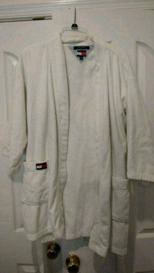 TH bathrobe 9ec3a64d-4e87-4a66-b2ba-1cd6516e21c3