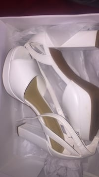 Pair of white leather pointed-toe pumps size 7 Hedgesville, 25427