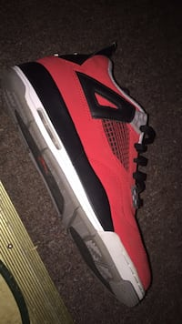 unpaired red and white Nike Air Max shoe 136 mi