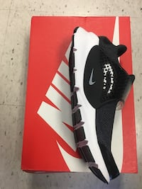 unpaired black and white Nike low-top sneaker with box Toronto, M6H