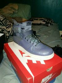 pair of gray Nike high-top sneakers with box Franklin, 16323