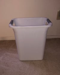 standard 22 quart plastic trash bin Los Angeles, 90042