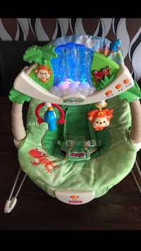 babyens gröna Fisher Price bouncer