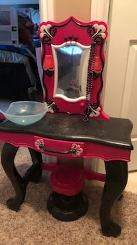 Kids toy makeup table Macomb, 48042