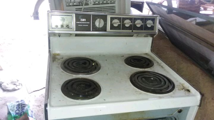 Photo Frigidaire Range/Older model with wide flat burners.