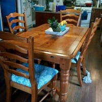 Solid wood dining table, 6 chairs and china cabine Lindenhurst, 60046