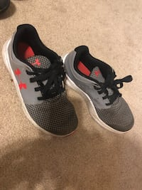 Size 2.5 boys under armor sneakers Brooklawn, 08030