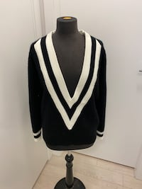 V neck sweater s-m Richmond, V6X 2A2
