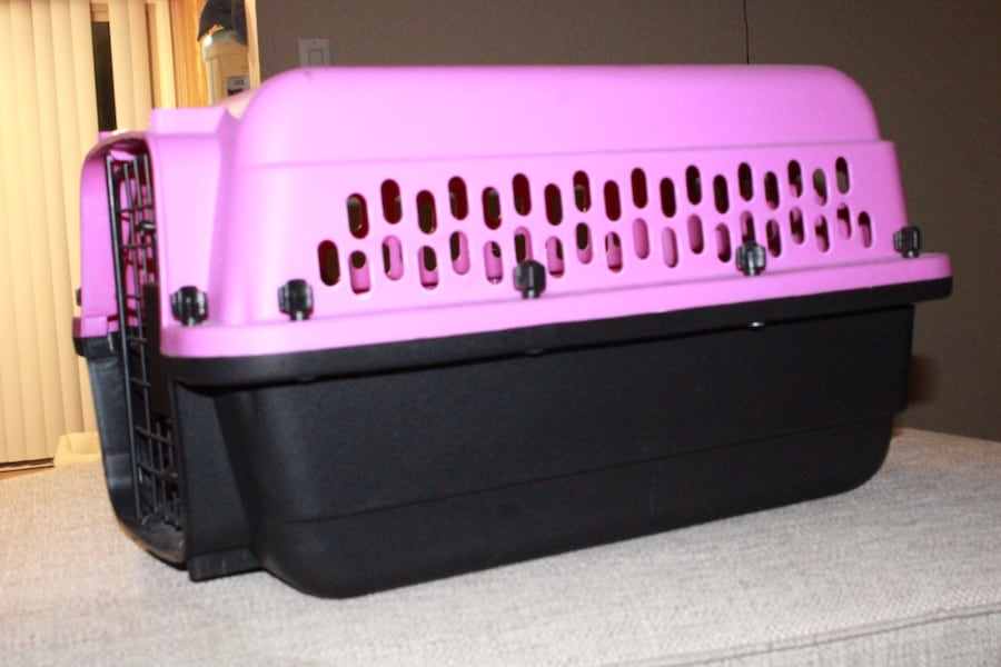 Pink and black dog/ animal kennel de19d427-53cf-48fd-8971-3000a9bba7bf