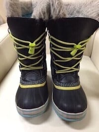 Sorel boots size 2 youth  554 km