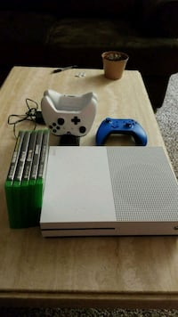 Xbox One w/ games, controllers, charger Elk Grove Village, 60007
