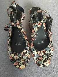 Pair of black-and-brown floral wedge sandals  5772 km