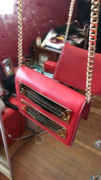 Red purse with gold chain St. Catharines, L2R 5B9