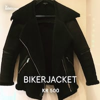 Svart zip-up biker jakke
