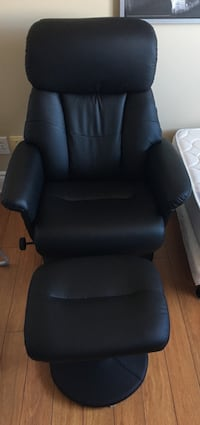 Almost New Black leather recliner chair with ottoman Montréal, H3H