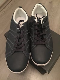 Paar schwarze Low-Top-Sneakers