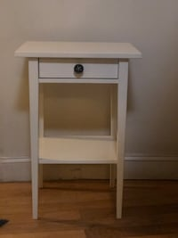 Lightly used bedside table. Good condition!