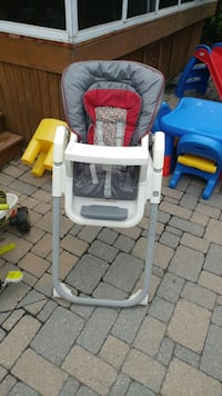 Baby's white and red high chair Laval, H7L 5M3