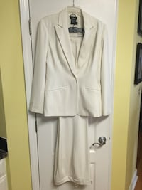 Ladies size 10 off white suit coat and pants outfit. In very good condition   Mooresville, 28115