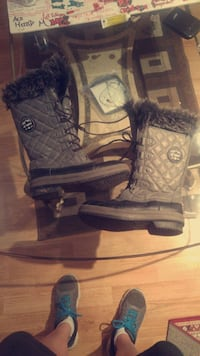 pair of black-and-gray boots size 9