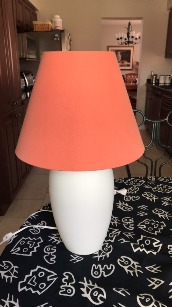 Table lamp c9a6ab03-200b-48af-b241-4b52f4e4ba61