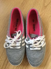 gray-and-pink Adidas low-top sneakers Manchester, M9 7AN