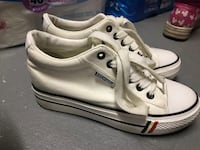 Pair of white-and-black adidas sneakers 马卡姆, L3R 5S2