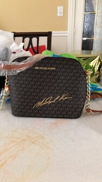 New Michael Kirs purse. Nice style. ( I got as a gift so not sure if it's authentic or not). Serious only please. Laval, H7Y 2C1