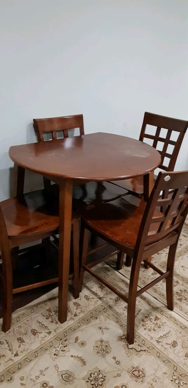 table and 4 chairs ecbebb93-b588-4081-a32d-faabf5789509