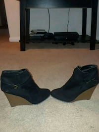 Black suede wedge shoes size 9 Bladensburg, 20710
