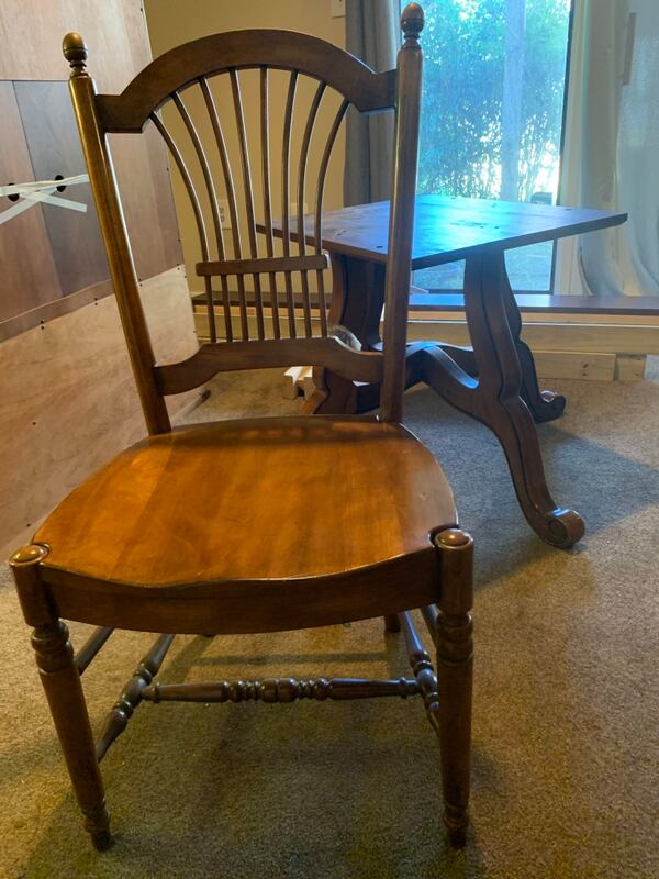 Ethan Allen Dining Table and four chairs b10c3519-04e0-4165-b040-1a765fc0b39b