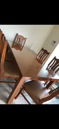 Wooden dining table with 6 chairs in very good condition Vaughan, L4L 1H8