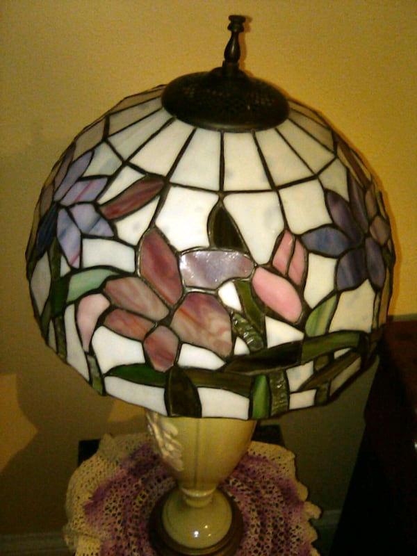 STAINED GLASS LAMPSHADE 614b49c2-436a-450e-befc-ad2ba68a3f8b