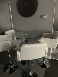 Table and chairs / dining set Toronto, M5V 3Y5
