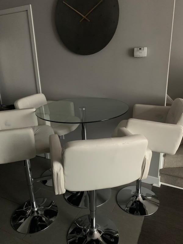 Table and chairs / dining set 8dc962ed-1493-44b7-bf37-af19b2d35f19