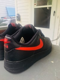 Black-and-red nike low-top sneakers Cleveland, 44128