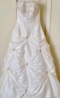Wedding dress (only 2times worn and then dry cleaned) Burlington, L7P
