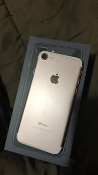 rose gold iPhone 7 with box Surrey, V3S