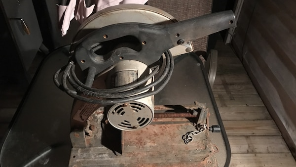 Skill saw professional model 3824 14 chop saw in fair condition and great  working order has a metal blade in it