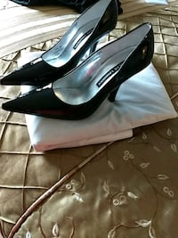 pair of black pointed-toe pumps Wheaton, 60189