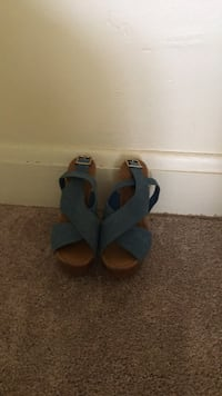 Pair of blue-and-brown sandals Baltimore, 21222