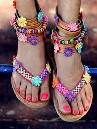 ETHNIC BOHEMIAN AFRICAN FLOWER DESIGN FLAT SOLE SANDALS IN BROWN