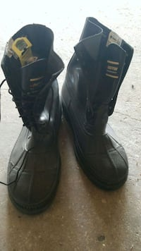 pair of black leather boots Edmonton, T5R 4X1