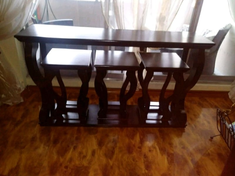Unit bar/ side table with 3 stools 61236568-9711-4a28-a166-d23f0dfffc6a
