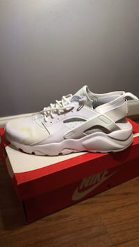 Pair of white nike huarache shoes with box Hoover, 35226